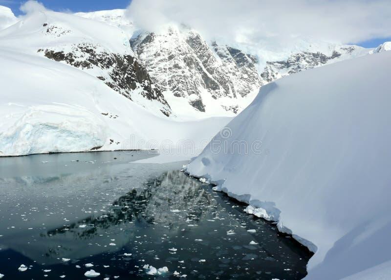 Het overzien van een kalme baai in Antarctica stock foto