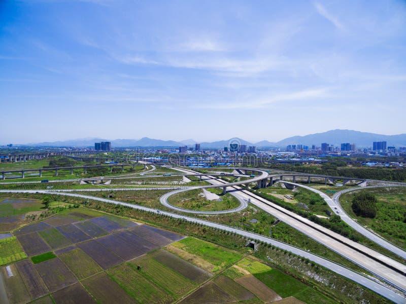 Het overzien van het wegviaduct stock fotografie