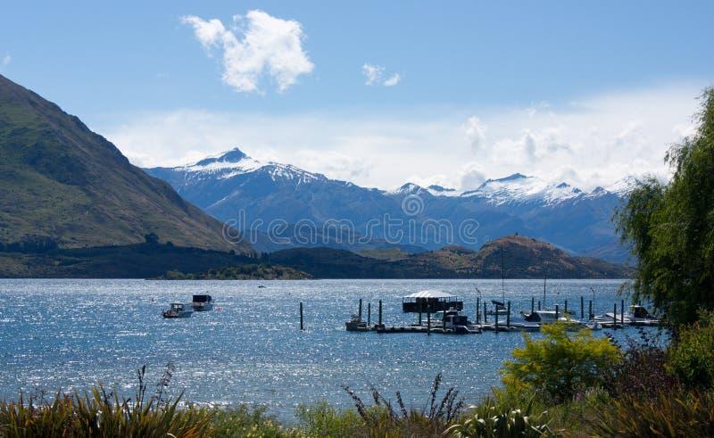 Het overzien van het Meer Wanaka in Wanaka in Nieuw Zeeland stock afbeelding