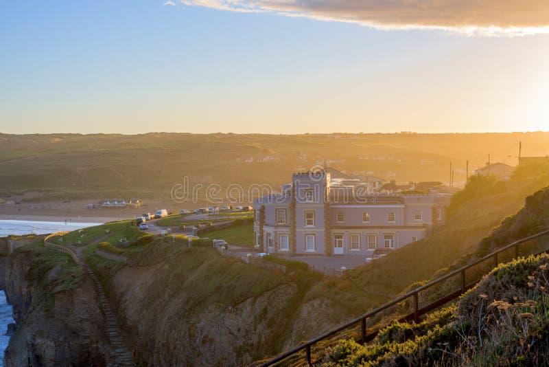Het overzien van Perranporth-Strand bij perranporth, Cornwall, Engeland, het UK Europa tijdens zonsopgang stock foto