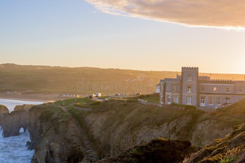 Het overzien van Perranporth-Strand bij perranporth, Cornwall, Engeland, het UK Europa tijdens zonsopgang stock afbeelding