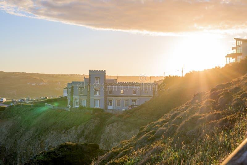 Het overzien van Perranporth-Strand bij perranporth, Cornwall, Engeland, het UK Europa tijdens zonsopgang royalty-vrije stock foto