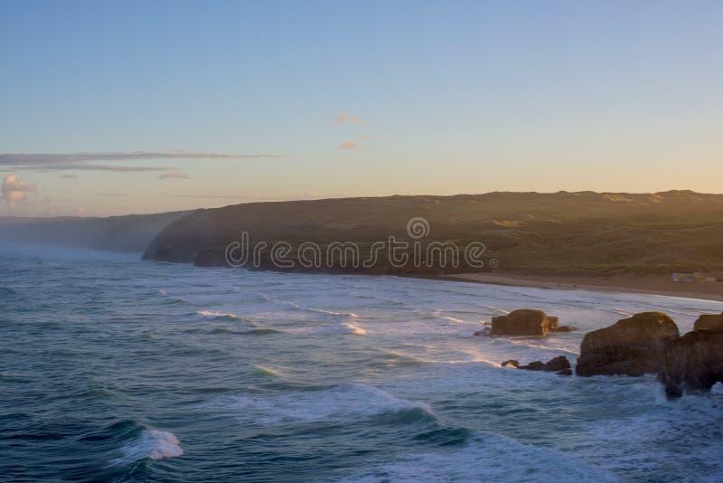 Het overzien van Perranporth-Strand bij perranporth, Cornwall, Engeland, het UK Europa tijdens zonsopgang stock foto's