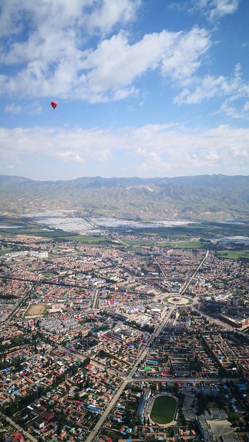 Het overzien van roddelstad in de lucht stock afbeeldingen