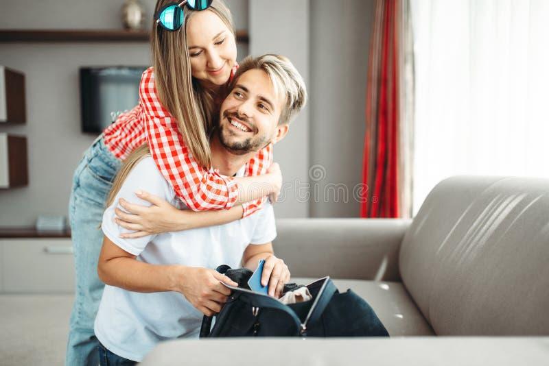 Het paar bereidt zakken en paspoorten voor vakantie voor royalty-vrije stock foto