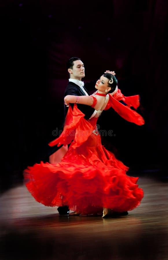 Het paar bij het dansen stelt stock fotografie