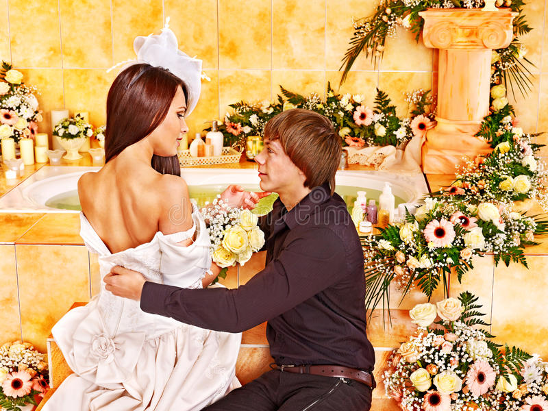 Het paar brengt huwelijksnacht door. stock foto