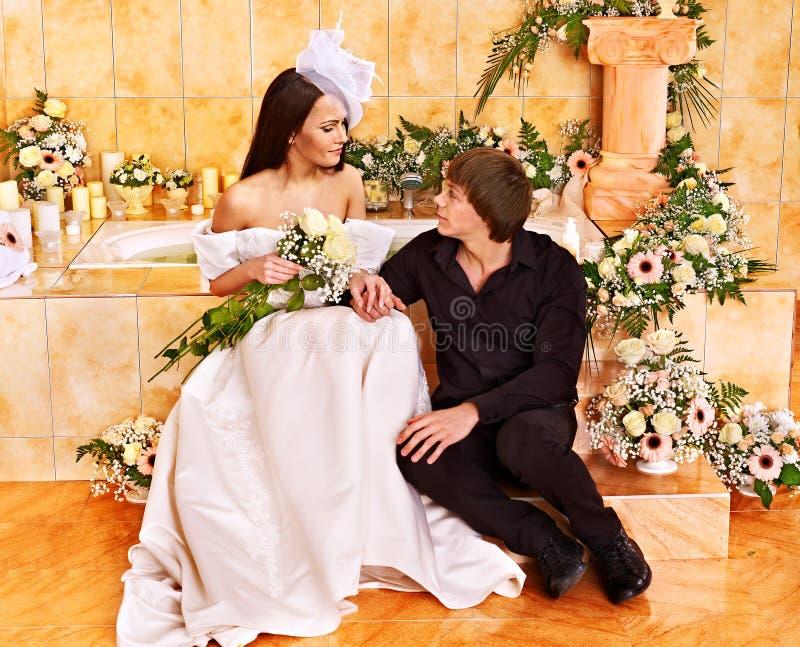 Het paar brengt huwelijksnacht door. royalty-vrije stock afbeeldingen