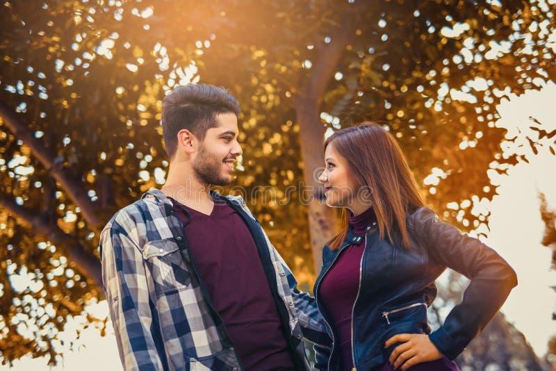 Het paar brengt tijd in het de herfstpark door stock foto