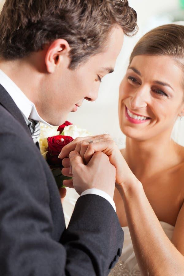 Het paar dat van het huwelijk belofte van huwelijk geeft royalty-vrije stock fotografie