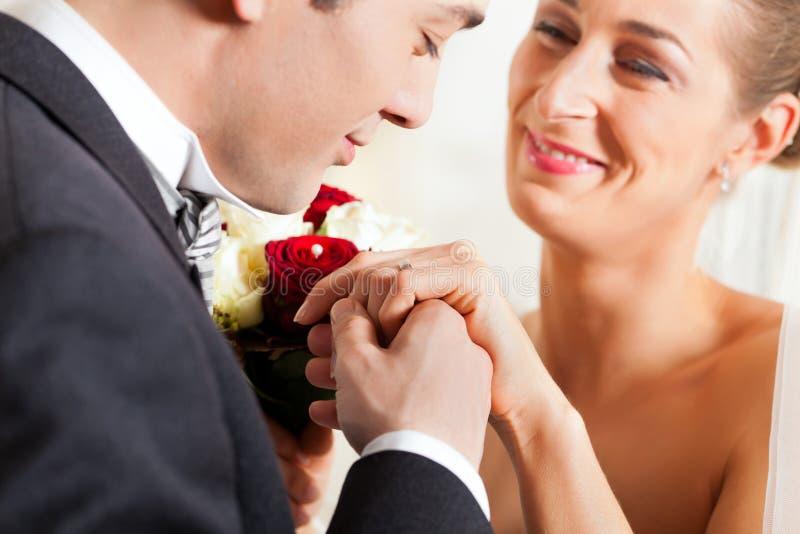 Het paar dat van het huwelijk belofte van huwelijk geeft royalty-vrije stock foto
