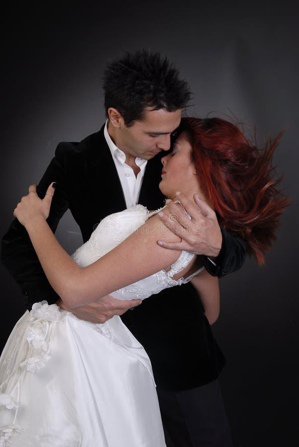 Het paar dat van het huwelijk bij nacht danst royalty-vrije stock afbeelding