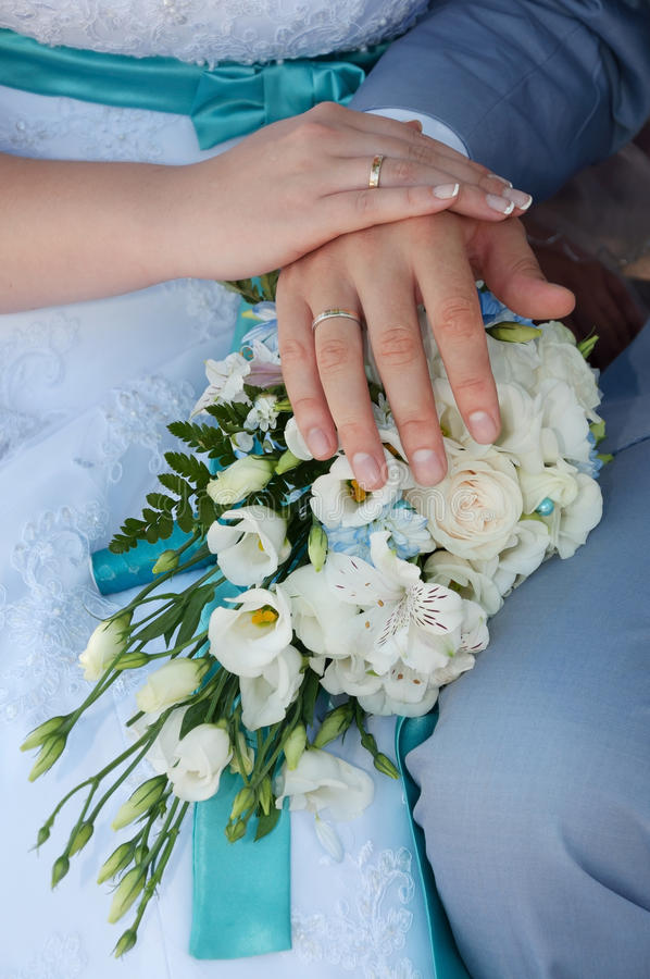 Het paar dat van het huwelijk ringen toont stock foto's