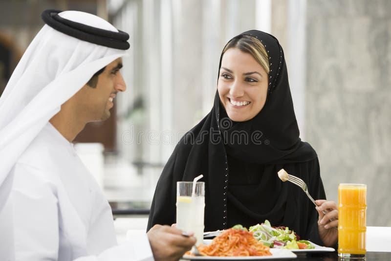 Het Paar dat van het Middenoosten een Maaltijd eet