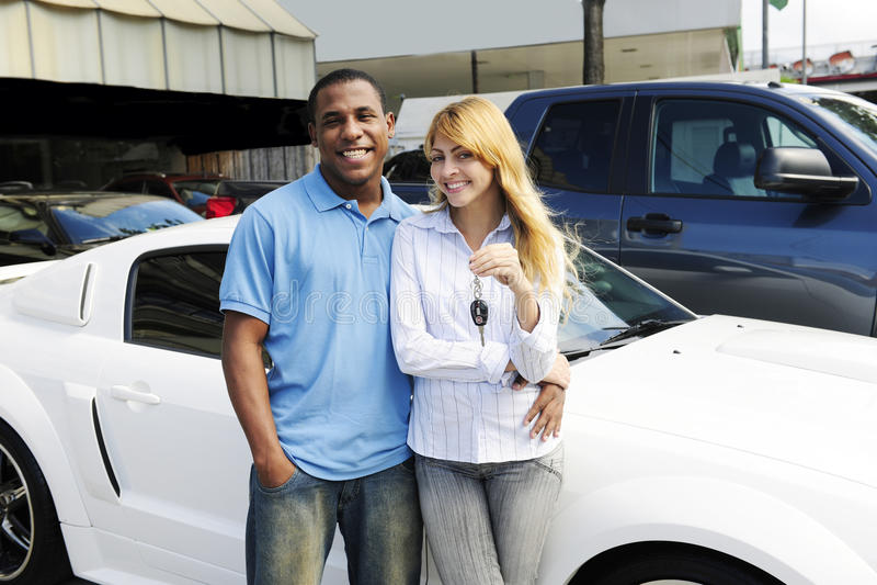 Het paar dat van Multiethnic een nieuwe auto koopt stock foto
