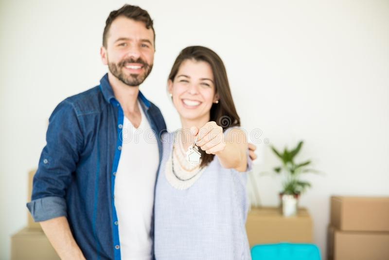 Het paar die Nieuw Huis tonen sluit terwijl thuis Status royalty-vrije stock afbeelding