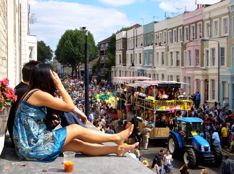 Het paar die van Carnaval van de Nottingsheuvel op een parade letten stock fotografie