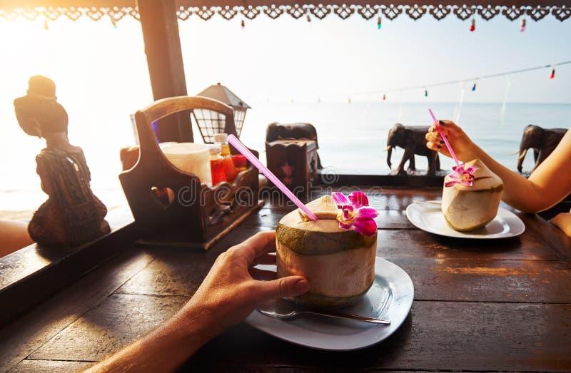 Het paar drinkt zoete verse kokosnoten royalty-vrije stock afbeeldingen