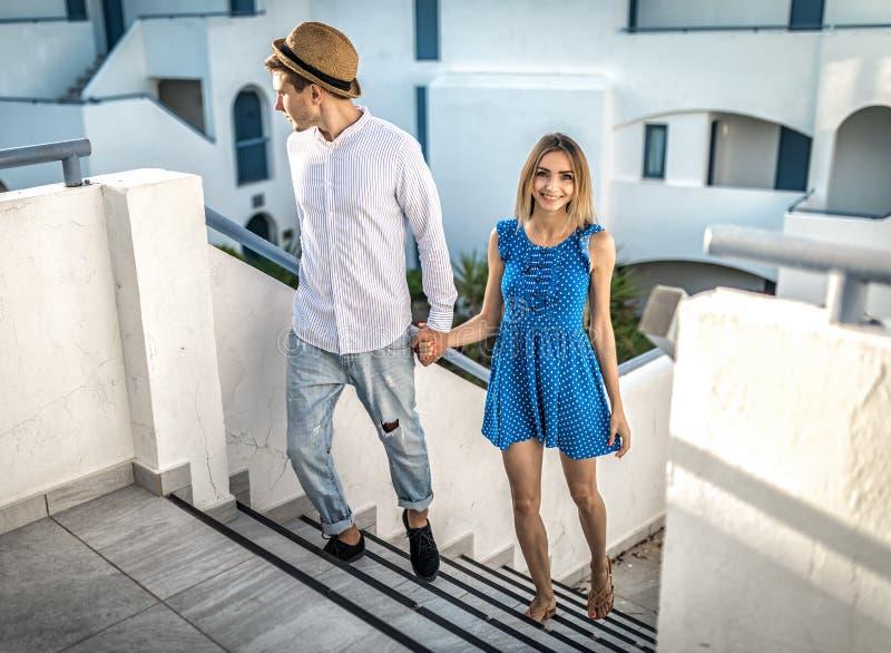 Het paar of het paar in een mooie plaats op romantische datum in de zomer buiten, houden hand openlucht van het glimlachen stock afbeelding