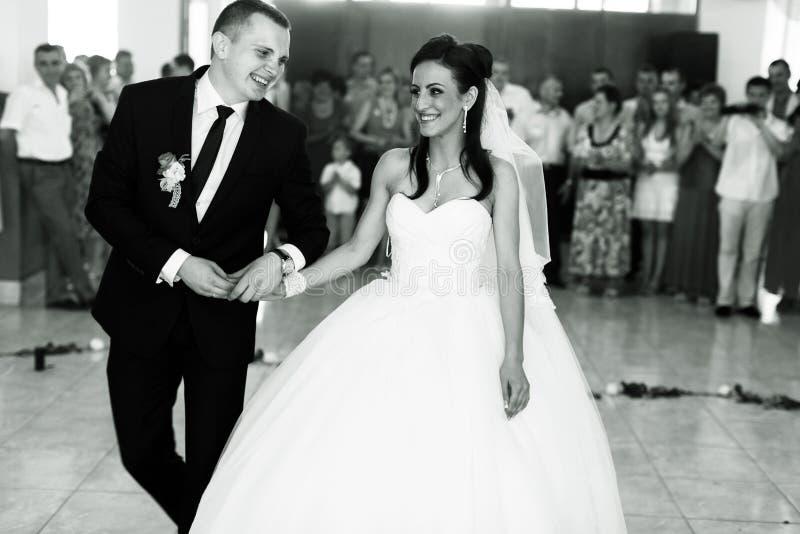 Het paar gaat naar dancefloor hun huwelijksdans beginnen royalty-vrije stock foto