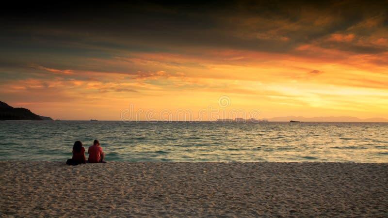 Het paar geniet zonsopgang van zeegezicht in Lipe royalty-vrije stock afbeelding