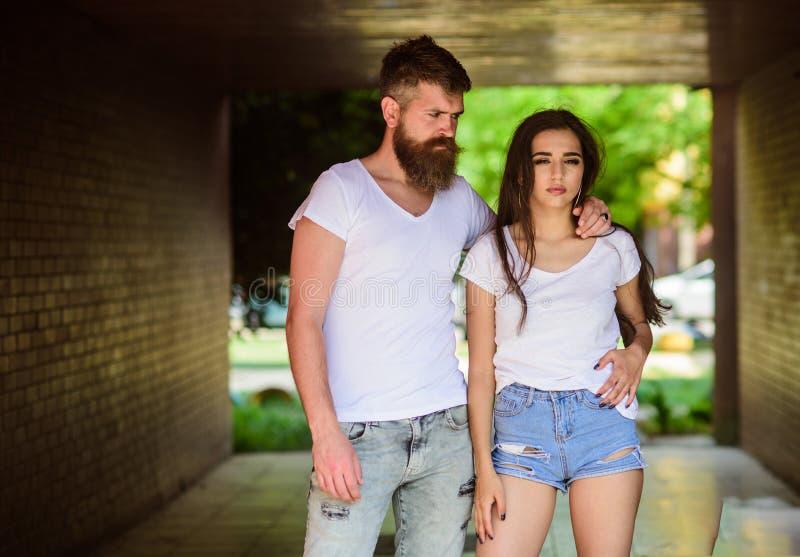 Het paar hangt uit in portiek of ondergronds kruising Paar in liefde geknuffel in portiek Meisjes aantrekkelijke donkerbruin en g royalty-vrije stock foto
