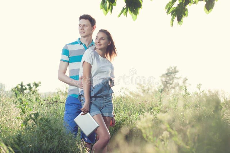 Het paar heeft in openlucht het samenkomen stock afbeeldingen