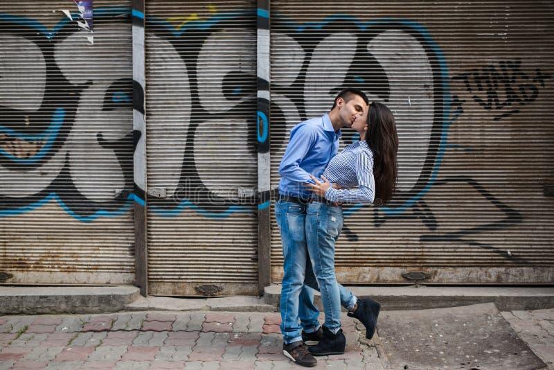 Het paar heeft pret in de stad stock afbeeldingen