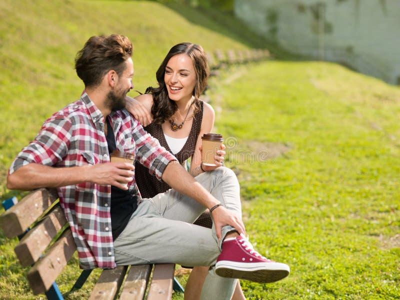 Het paar heeft pret het lachen stock foto