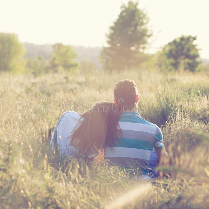 Het paar heeft romantische datum stock afbeeldingen
