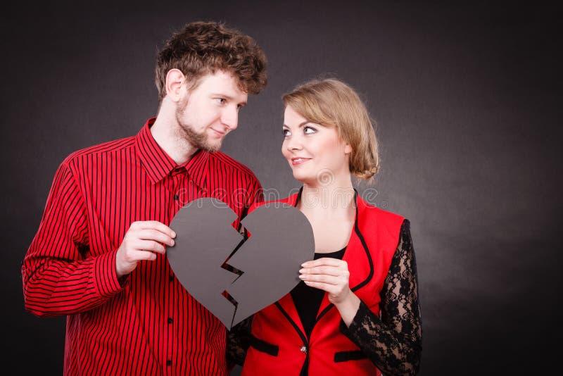 Het paar houdt gebroken die hart in is toegetreden stock afbeeldingen