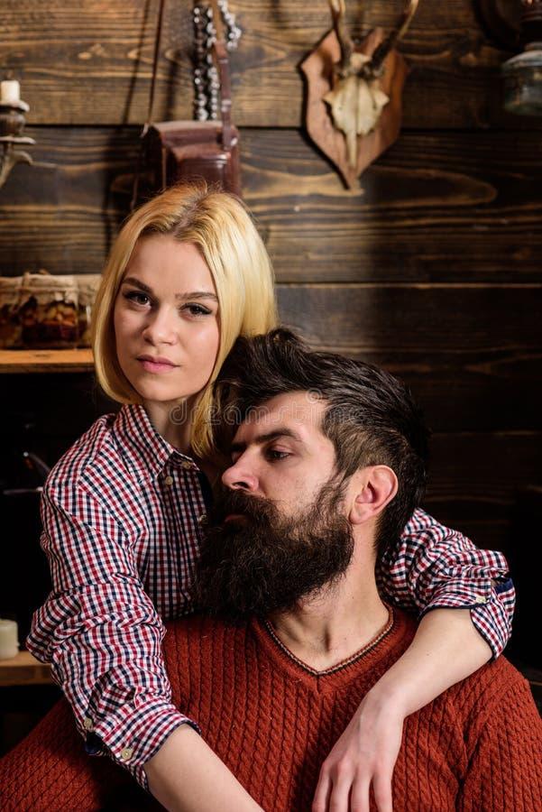 Het paar in houten uitstekend binnenland geniet rust van Dame en de mens met baard op dromerige gezichtenomhelzingen Het paar in  stock foto