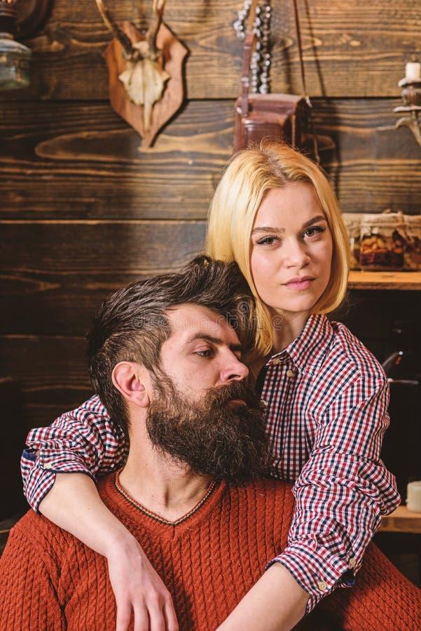 Het paar in houten uitstekend binnenland geniet rust van Dame en de mens met baard op dromerige gezichtenomhelzingen Het paar in  royalty-vrije stock foto's
