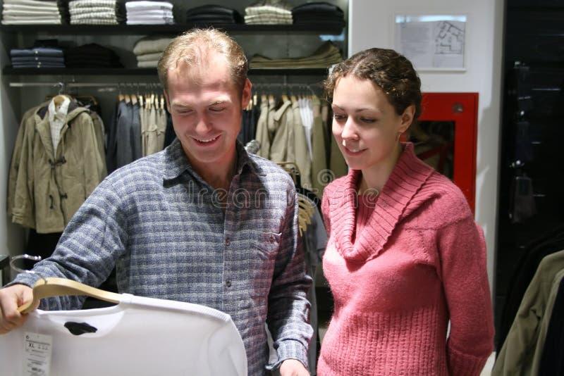 Het paar koopt t-shirt royalty-vrije stock afbeelding