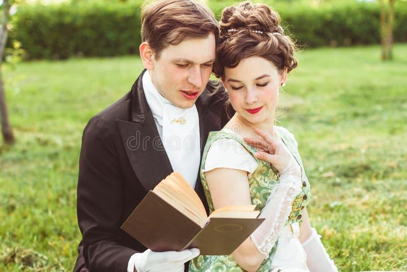 Het paar leest een boek royalty-vrije stock foto