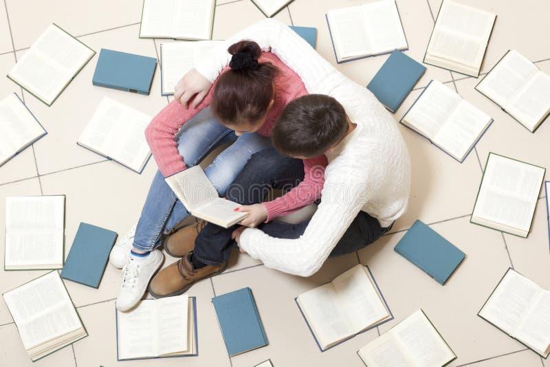 Het paar leest een boek stock fotografie