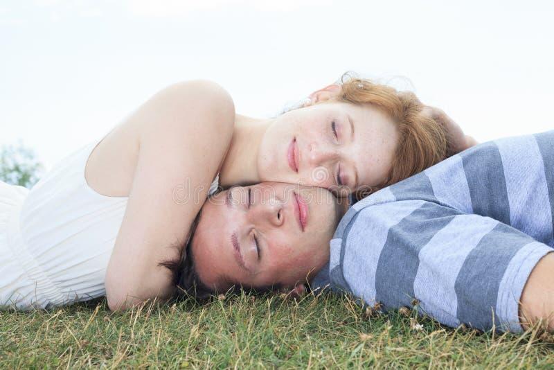 Het paar legt gras stock fotografie