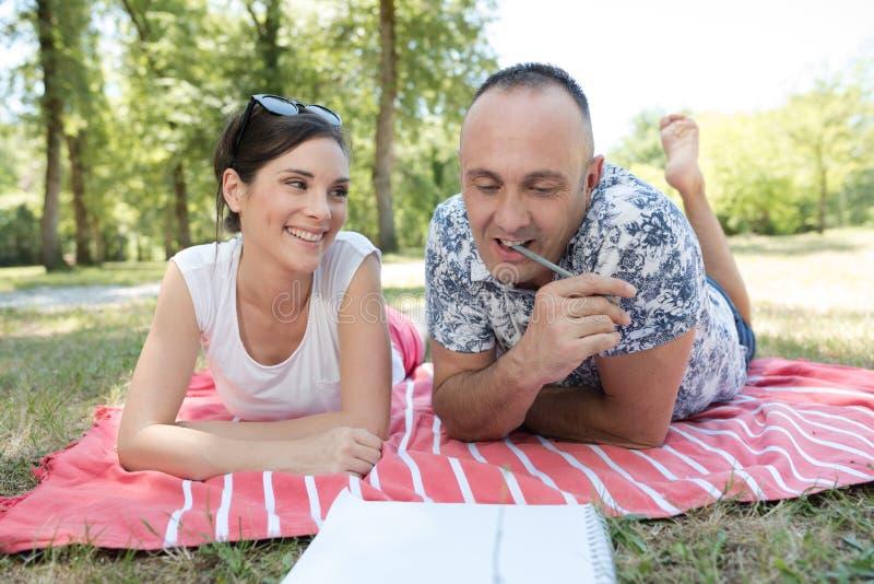 Het paar legt op gras royalty-vrije stock afbeelding