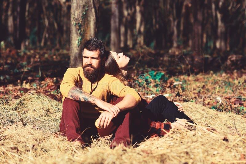 Het paar in liefde brengt tijd in park door De herfst en liefde stock foto