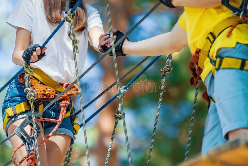 Het paar in liefde geniet van actieve vrije tijd in extreem kabelpark royalty-vrije stock fotografie