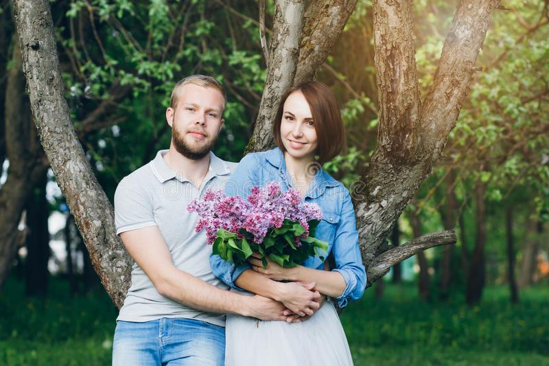 Het paar in liefde heeft een rust in de boomgaard van de zomerapple stock afbeelding