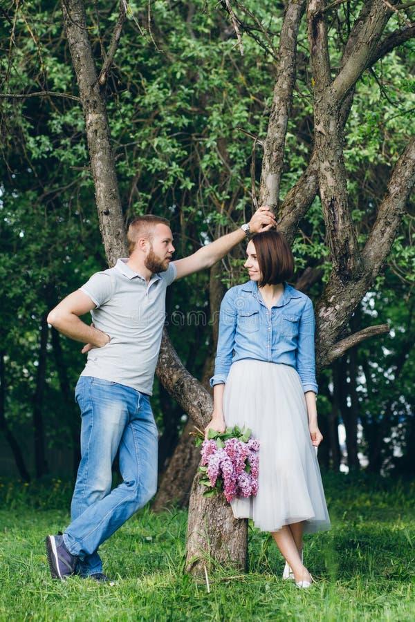 Het paar in liefde heeft een rust in de boomgaard van de zomerapple royalty-vrije stock foto