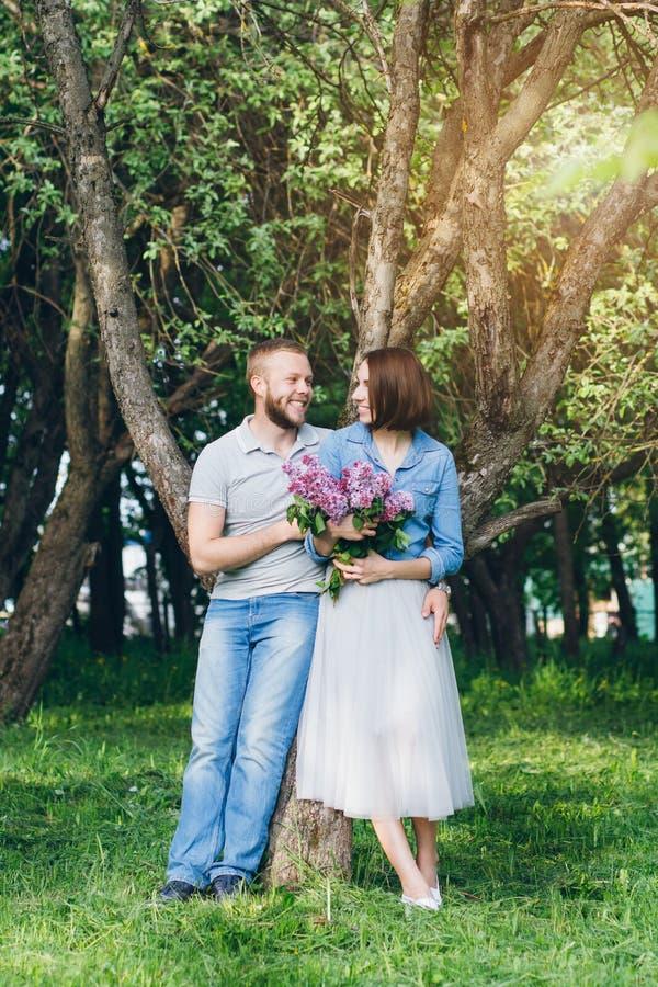 Het paar in liefde heeft een rust in de boomgaard van de zomerapple stock fotografie