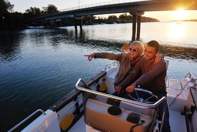 Het paar in liefde heeft romantische tijd op boot stock fotografie
