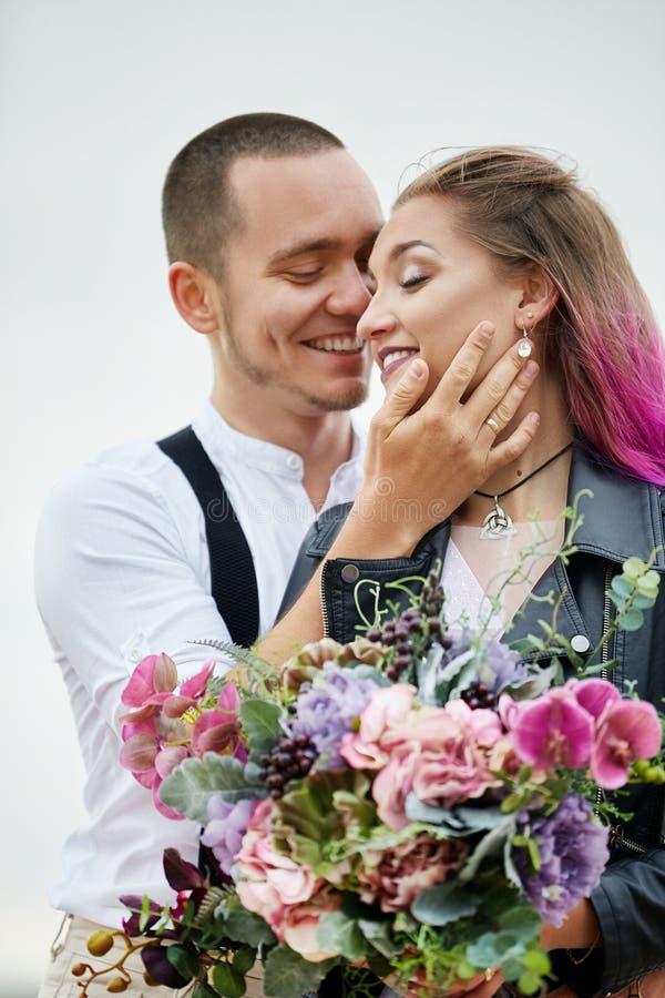 Het paar in liefde ontmoet de dageraad in aard, een en man en een vrouw die koesteren kussen Mooie paar romantische gang, dichte  stock fotografie