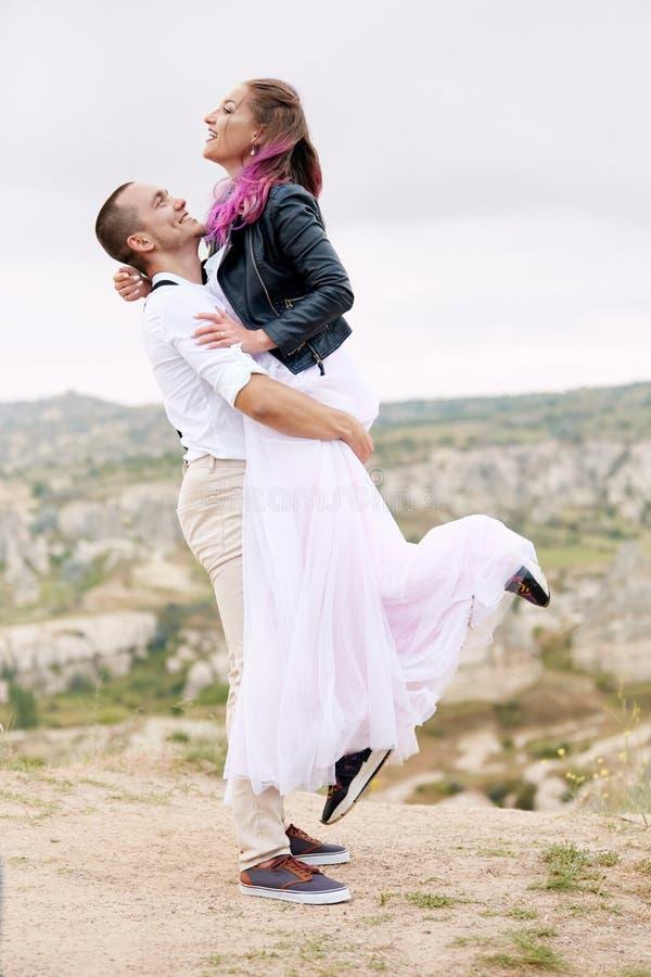 Het paar in liefde ontmoet de dageraad in aard, een en man en een vrouw die koesteren kussen Mooie paar romantische gang, dichte  royalty-vrije stock foto