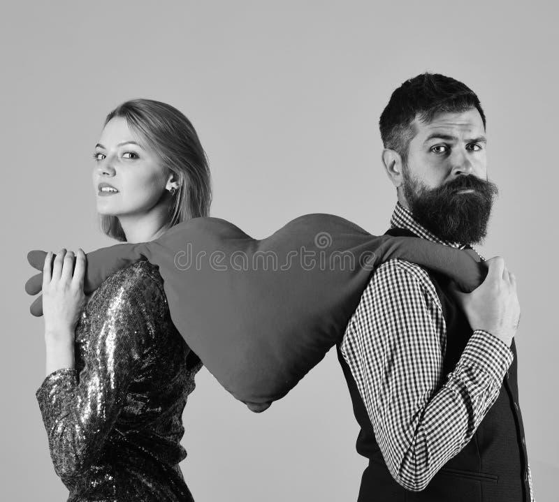 Het paar in liefde scheurt groot hart op roze achtergrond stock foto