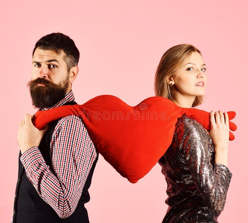 Het paar in liefde scheurt groot hart op roze achtergrond royalty-vrije stock fotografie