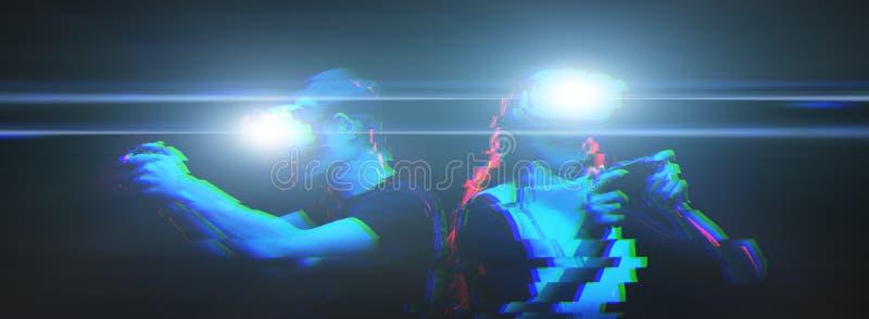 Het paar met virtuele werkelijkheidshoofdtelefoon speelt spel Beeld met glitch effect royalty-vrije stock foto's