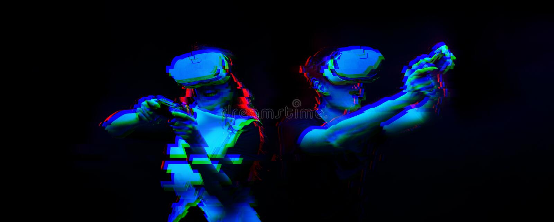Het paar met virtuele werkelijkheidshoofdtelefoon speelt spel Beeld met glitch effect royalty-vrije stock afbeelding